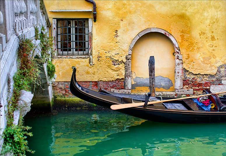 Gondel auf dem Kanal in Venedig