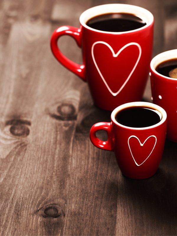 rote Tassen mit Decaf Kaffee