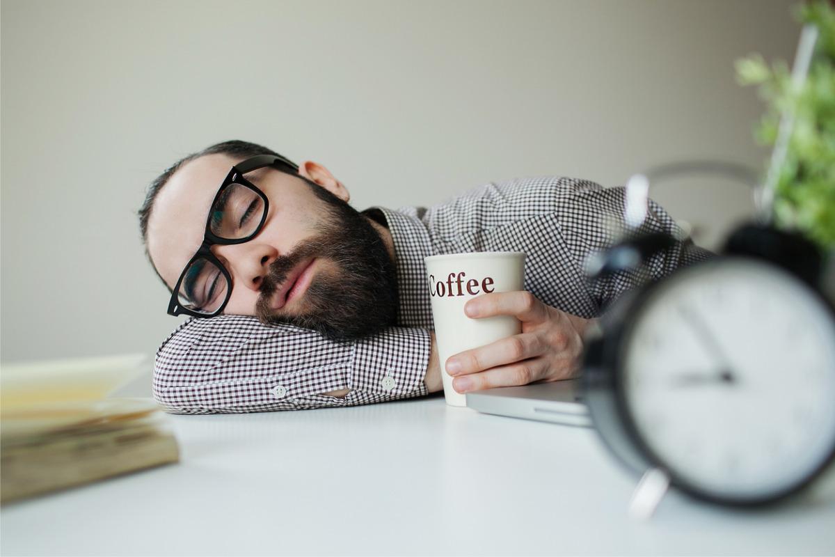 Schlafender Mann auf Tisch