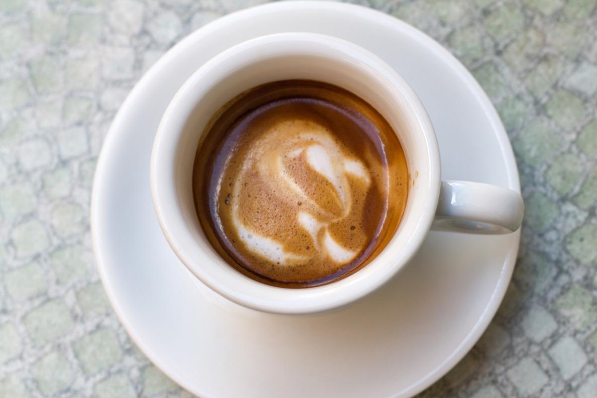 Espresso Macchiato in Tasse aus der Vogelperspektive