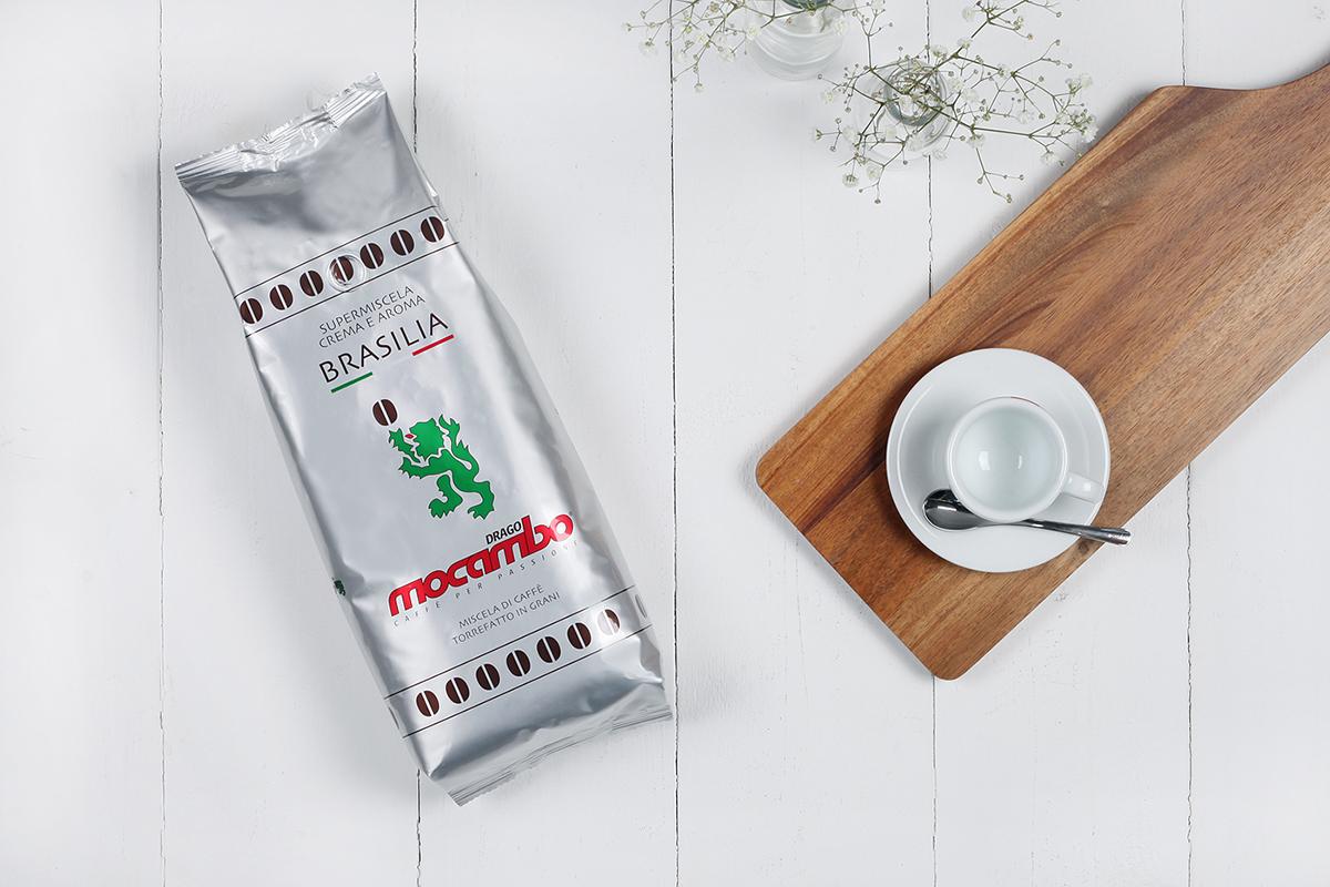 Mocambo Brasilia Crema e Aroma Packung neben Kaffeetasse