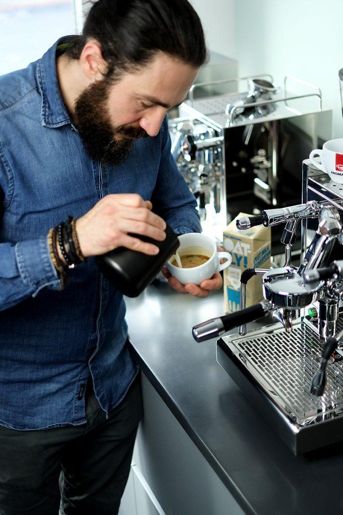 Haferdrink Cappuccino gießen
